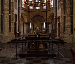 Het grafmonument van graaf Gerard IV van Gelre en Margaretha van Brabant. Gezien ovanuit het westen. Op de achtergrond het koor.