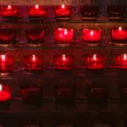 Brandende kaarsjes in de kerk